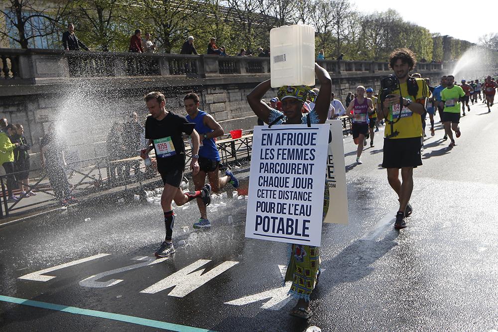 7777349900 siabatou sanneh lors du marathon de paris le 12 avril 20151 Quand l'ambush marketing défend l'accès à l'eau en Afrique